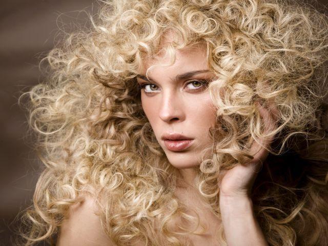 Способы укладки кудрявых волос