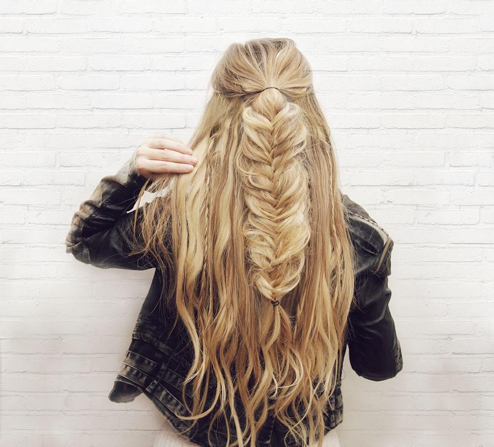 Распущенные волосы с «рыбьим хвостом» за 5 минут