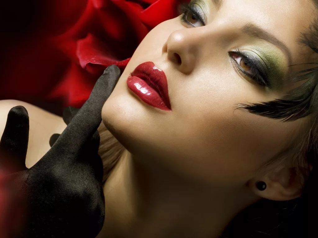 Блестящие стрелки и красные губы