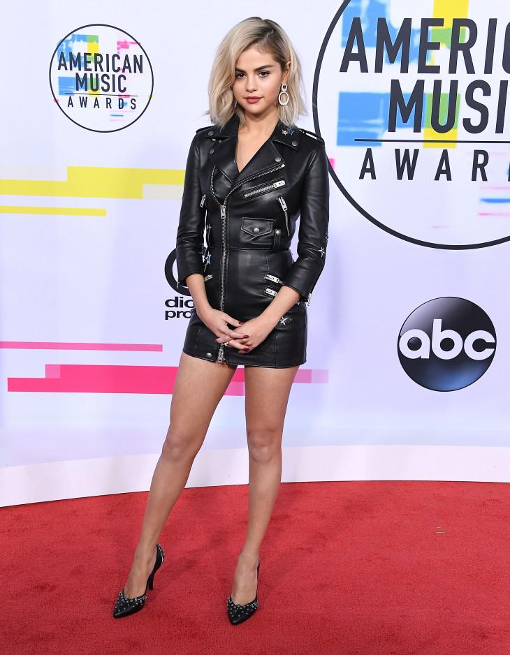 Образ дня: Селена Гомес в платье Coach и с новым цветом волос на American Music Awards-2017