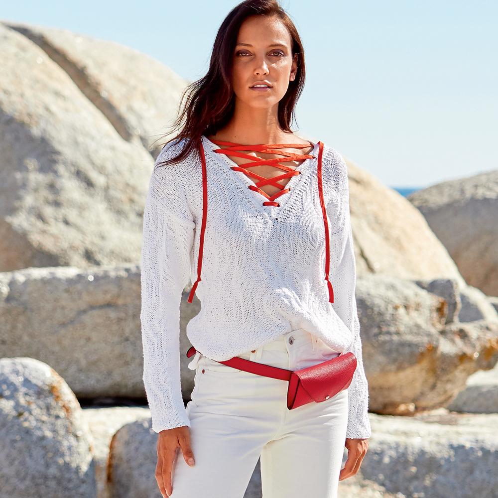 10541 Белый пуловер с горловиной на шнуровке