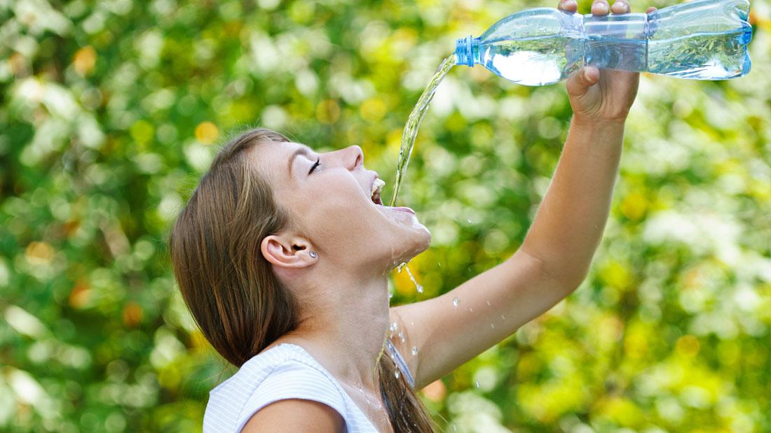 Игра в бутылочку: как приучить себя выпивать два литра воды в день