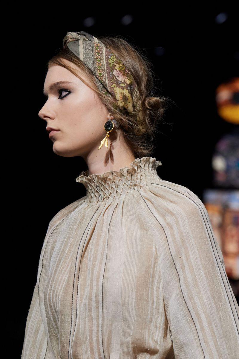 Пример модной прически 2021. Фото с показа Christian Dior