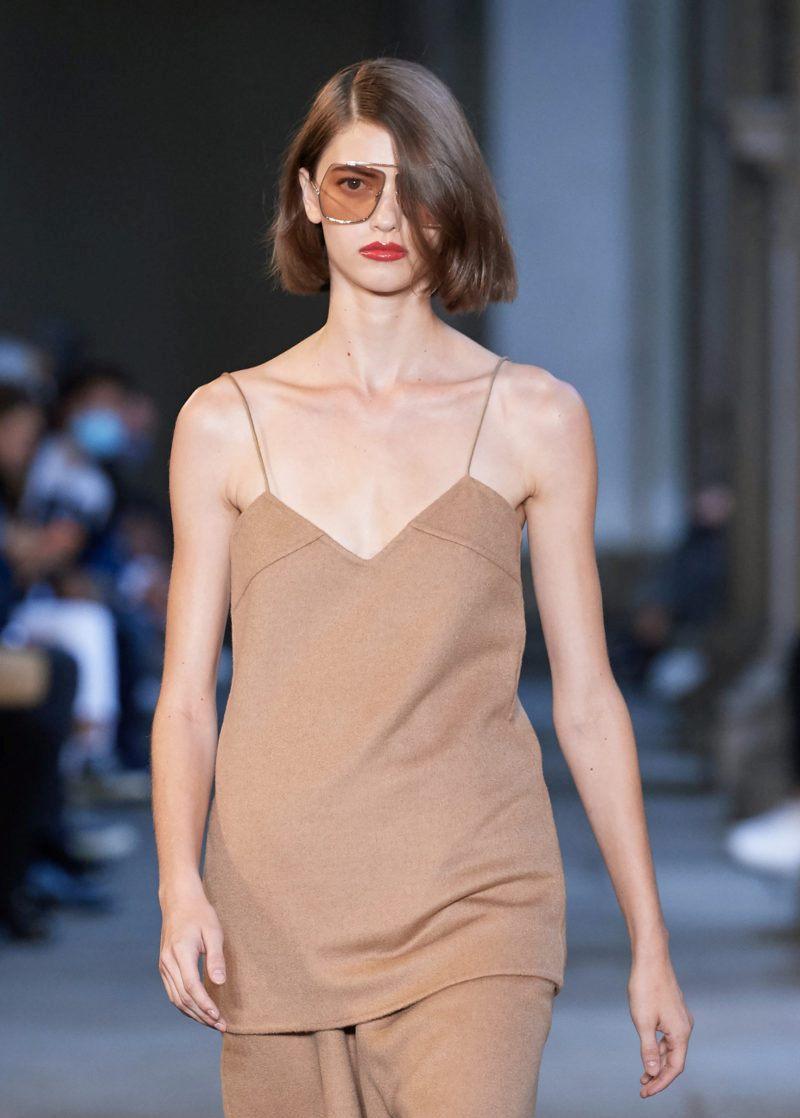 Пример модной прически 2021. Фото с показа Max Mara