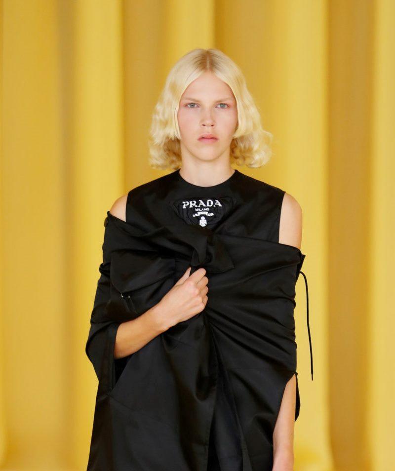 Пример модной прически 2021. Фото с показа Prada